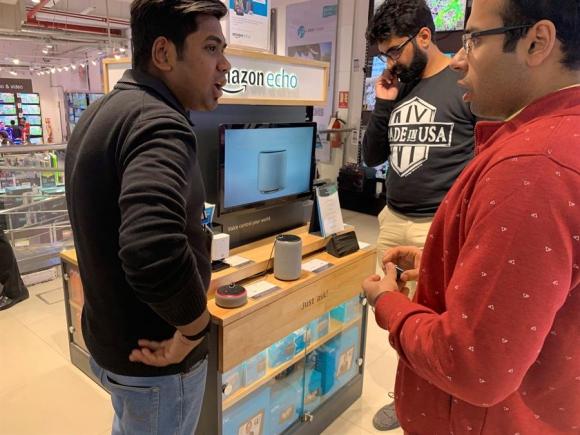 Clientes se interesan por un equipo de asistente inteligente por comando de voz desarrollado por Amazon llamado Alexa en India. Foto: EFE.