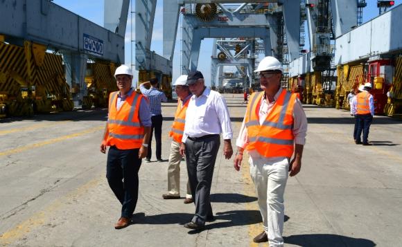 El ministro Víctor Rossi recorrió ayer las obras en el Puerto de Montevideo. Foto: Francisco Flores
