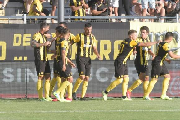 Xisco celebra el primer gol de Peñarol en el Torneo Apertura. Foto: Marcelo Bonjour.