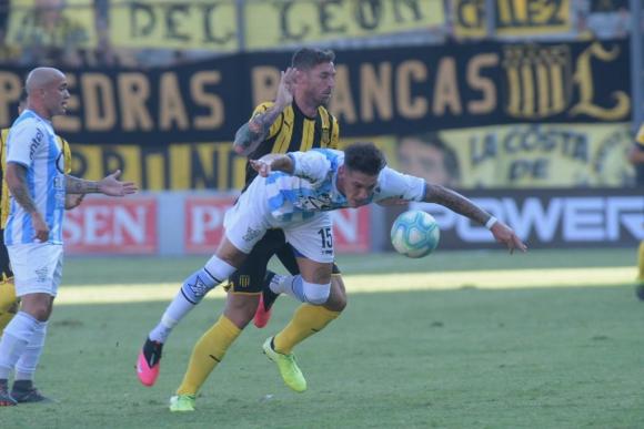 Xisco Jiménez lucha por la pelota frente a Cerro. Foto: Marcelo Bonjour.