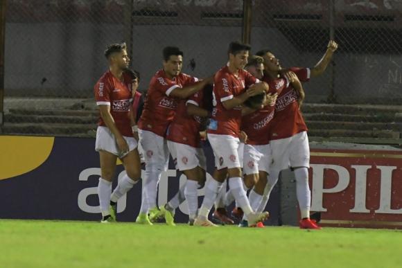 El festejo de los jugadores de Rentistas en el triunfo ante Nacional. Foto: Leonardo Mainé.