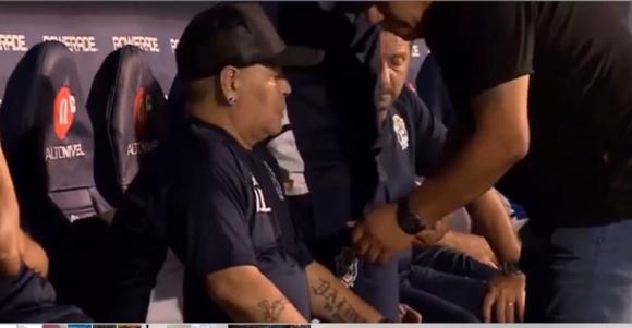 Diego Maradona en el banco de suplentes de Gimnasia