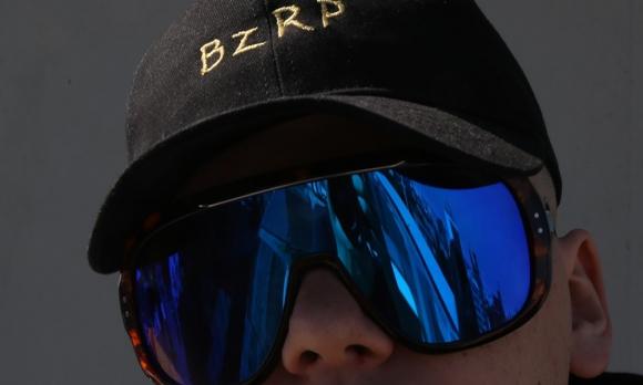 Los lentes y la gorra de Bizarrap son su identidad. Foto: Mateo Vázquez
