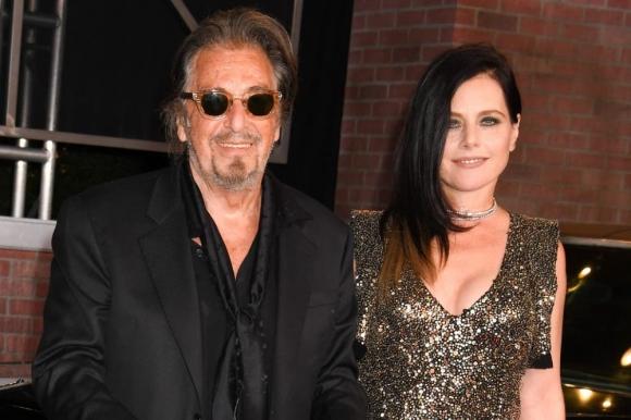 Al Pacino y Meital Dohan, en Los Ángeles, el pasado octubre. Foto: The Grosby Group.