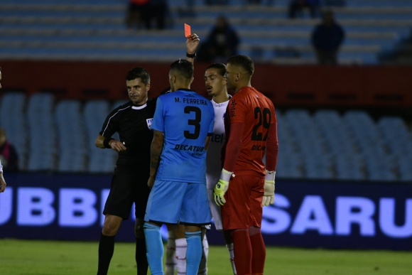 Andrés Cunha expulsa a Washington Aguerre en el Nacional vs. Cerro Largo