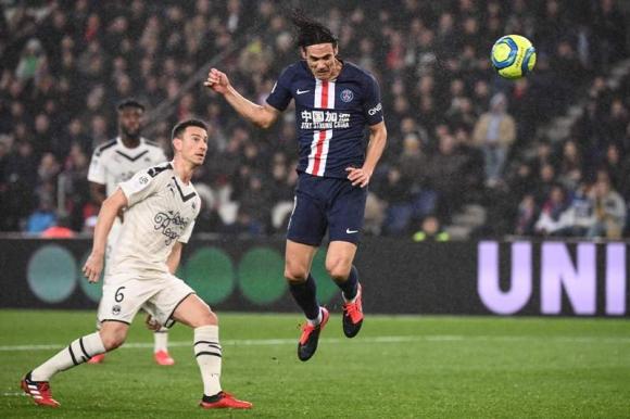 El cabezazo de Edinson Cavani que valió el gol 200 en el Paris Saint Germain. Foto: AFP.