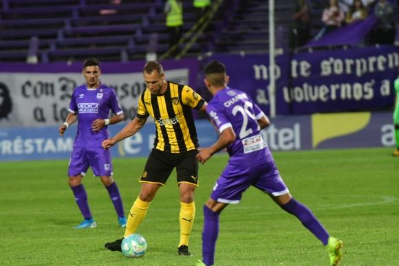 Kristián Vadócz en el duelo entre Peñarol y Defensor Sporting. Foto: Francisco Flores.