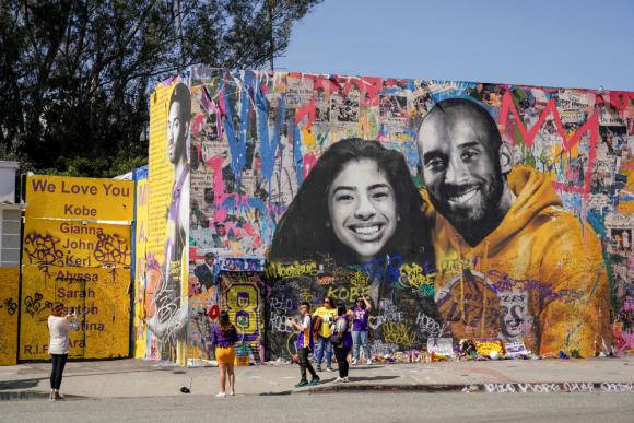 El adiós entregado por miles de aficionados a Kobe Bryant y a su hija Gianna