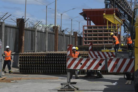 Llegó el material para hacer las vías del tren de UPM. Foto: Leonardo Mainé