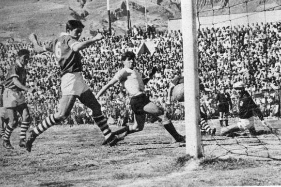 Imágenes de los duelos entre Uruguay y Bolivia rumbo a Chile 1962. Foto: Archivo El País.