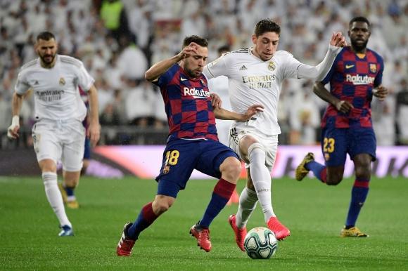 Jordi Alba y Federico Valverde en el clásico de España de Real Madrid vs. Barcelona