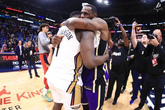 El abrazo al final del partido entre dos fenómenos
