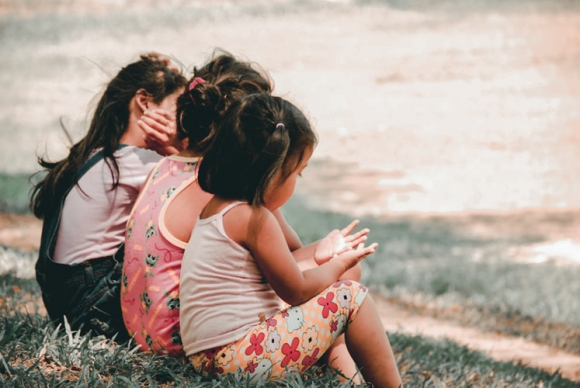 Niños jugando en el parque. Foto: Unsplash