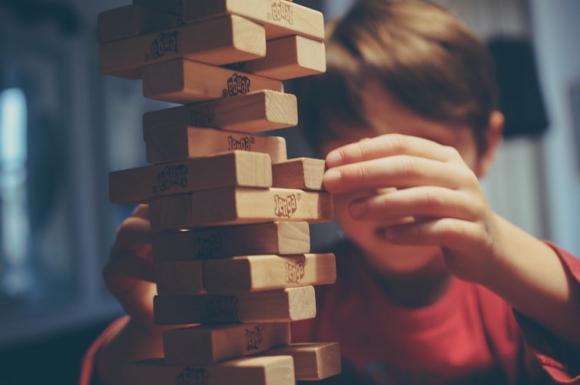 Niño jugando al jenga. Foto: Unsplash