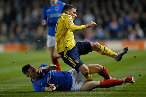 El momento de la lesión de Lucas Torreira en el Portsmouth-Arsenal. Foto: AFP.