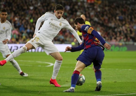 Federico Valverde y Lionel Messi en el clásico Barcelona vs. Real Madrid