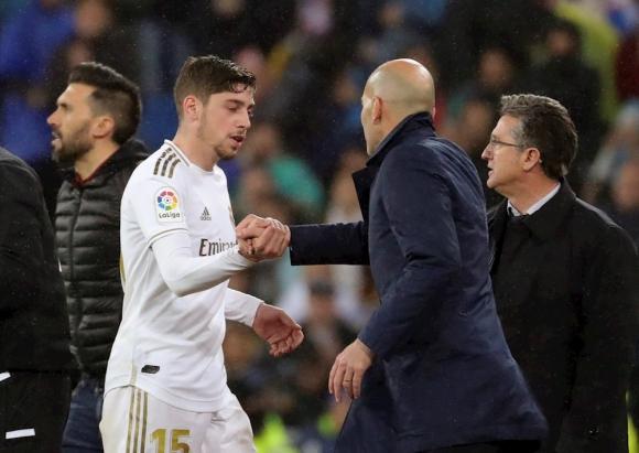 Federico Valverde y Zinedine Zidane en el clásico Barcelona vs. Real Madrid