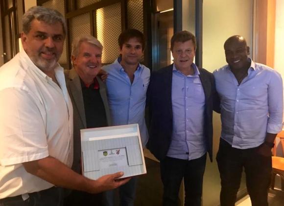Dirigentes de Peñarol con sus pares de Athletico Paranaense. Foto: Prensa Peñarol