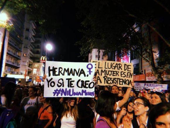 Mujeres marchando durante el 8M en Montevideo. Foto: Mariana Malek