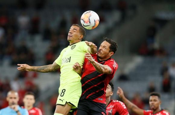 David Terans lucha con Adriano en el Paranaense-Peñarol. Foto: EFE.