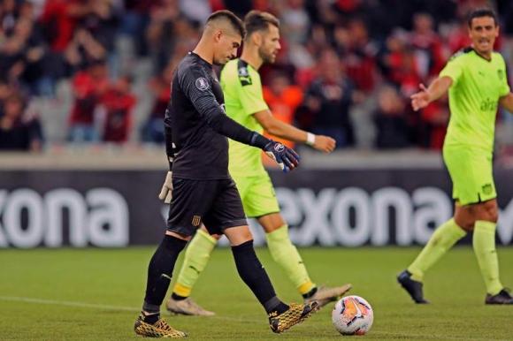 Kevin Dawson en el duelo entre Paranaense y Peñarol. Foto: AFP