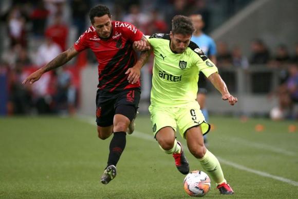 Xisco Jiménez en el duelo entre Paranaense y Peñarol. Foto: Reuters.