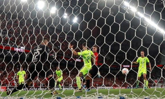 De lujo, así definió Bissoli para poner el 1-0 de Paranaense ante Peñarol. Foto: Reuters.