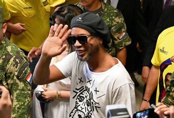 Ronaldinho en el aeropuerto internacional Silvio Pettirossi, cerca de Asunción. Foto: AFP