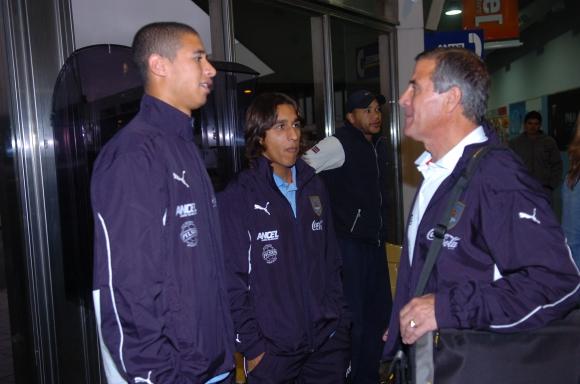 Damián Suárez junto a Diego Arismendi y Óscar Washington Tabárez. Foto: Archivo El País.