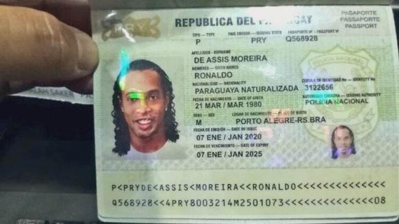 Así lucía el pasaporte paraguayo de Ronaldinho.