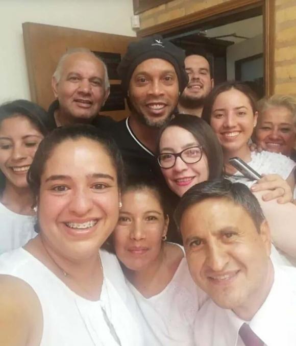 Selfie: los funcionarios de la fiscalía y Ronaldinho antes de declarar.