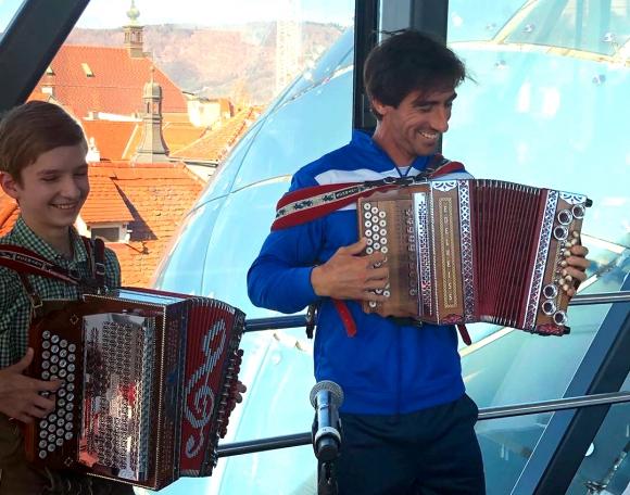 Pablo Cuevas tocando el acordeón en Austria