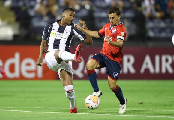Aldair Fuentes y Sebastián Fernández en el Alianza Lima vs. Nacional en la Copa Libertadores