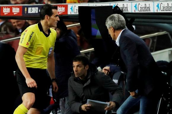 El árbitro principal observando en el VAR el penal cobrado a favor de Barcelona. Foto: Reuters.