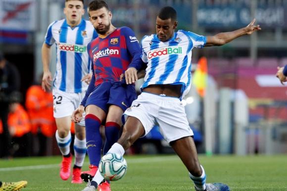 Gerard Piqué y Alexander Isak en el duelo entre Barcelona y Real Sociedad. Foto: Reuters.