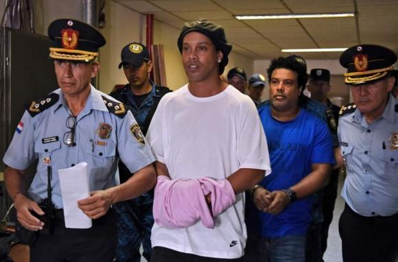 Ronaldinho y su hermano detenidos en Paraguay. Foto: AFP.