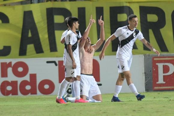 El festejo de Luciano Nequecaur en el duelo entre Peñarol y Danubio. Foto: Marcelo Bonjour.