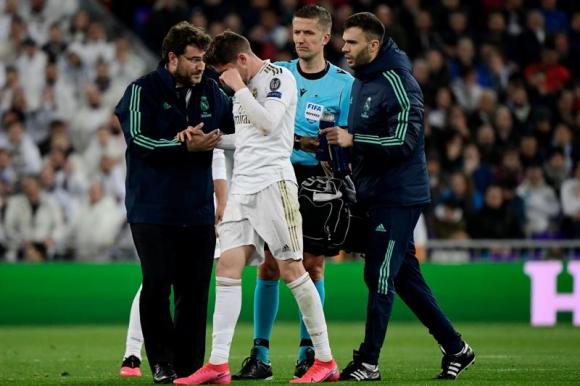Federico Valverde atendido por los médicos de Real Madrid. Foto: Reuters.