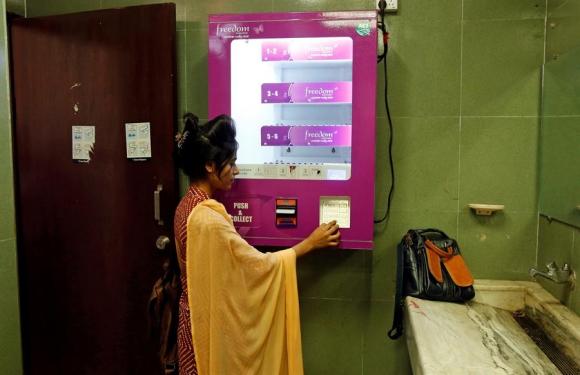 La máquina expendedora de toallitas de Bangladesh. Foto: EFE
