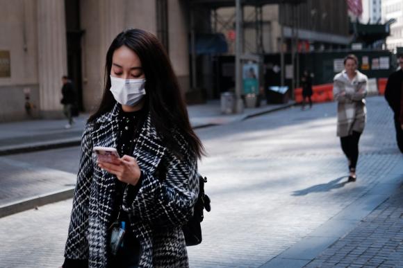Mujer utiliza mascarilla en Estados Unidos por coronavirus. Foto: AFP.