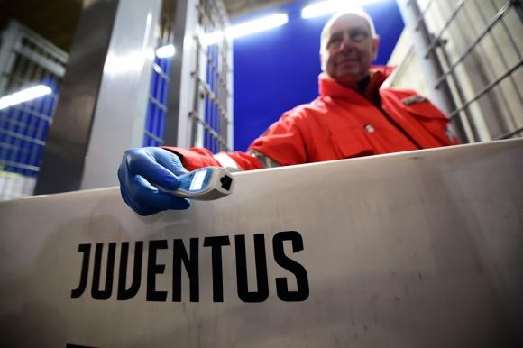 Medidor de temperatura a distancia para el partido de Juventus en la Serie A de Italia
