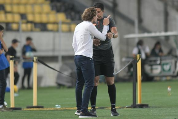Diego Forlán en diálogo con el cuarto árbitro del Peñarol-Danubio. Foto: Marcelo Bonjour.
