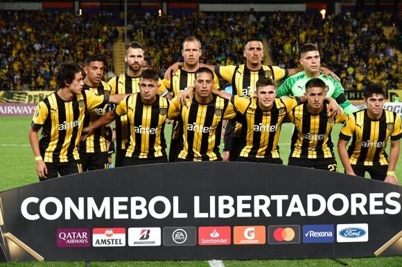 El equipo de Peñarol ante Jorge Wilstermann. Foto: Nicolás Pereyra.