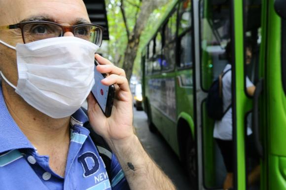 Persona usando tapabocas en Montevideo. Foto: Darwin Borrelli
