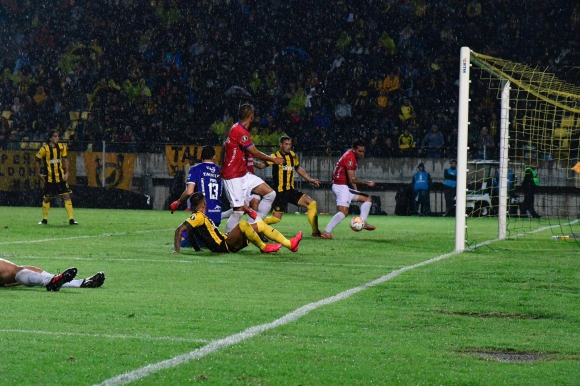 El momento del gol de Peñarol frente a Jorge Wilstermann. Foto: Nicolás Pereyra.