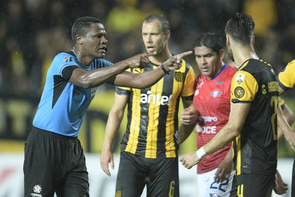 José Argote en el Peñarol vs. Jorge Wilstermann