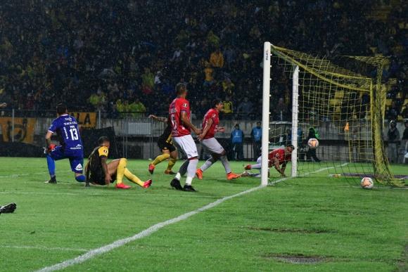 El gol de Peñarol frente a Jorge Wilstermann en el Campeón del Siglo. Foto: Nicolás Pereyra.