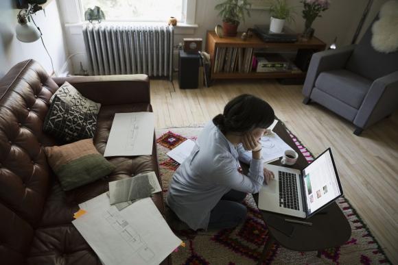 Trabajo remoto, trabajo a distancia, home office, mujer trabajando en su casa. Foto: Archivo El País.