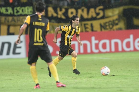 Matías Britos hizo su estreno como jugador de Peñarol ante Wilstermann. Foto: Nicolás Pereyra.