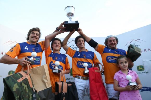 Los jugadores de Clipex con la copa de campeón en Las Sierras. Foto: Agustín Martínez.